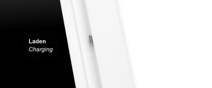 Detailaufnahme mit USB-C Adapter, weiße TabLines TWP Tablet Wandhalterung